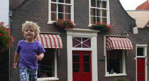 Hotel Delft met op de voorgrond tevreden jonge klant